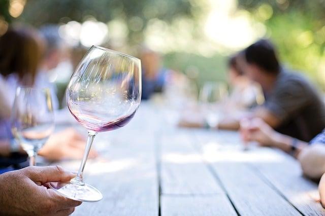 Manchas De Vino Tinto Cómo Quitarlas Empresa De Limpieza En Madrid Megaservicelimpiezas